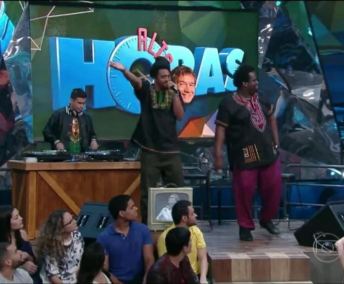 Dois Africanos se apresentam no palco do Altas Horas (Foto: Reprodução/TV Globo)
