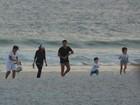 Vanessa Giácomo curte fim de tarde na praia com os filhos e o namorado