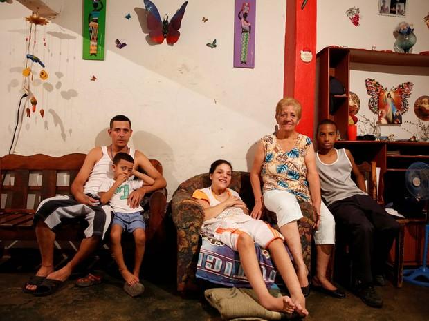 Alida Gonzalez, dona de casa de 65 anos, e seus quarto familiares que moram na favela de Petare pulam uma refeição por dia diante da inflação e escassez de produtos (Foto: REUTERS/Carlos Garcia Rawlins)
