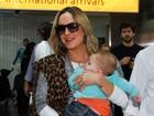 Claudia Leitte mostra o filho caçula ao desembarcar em São Paulo