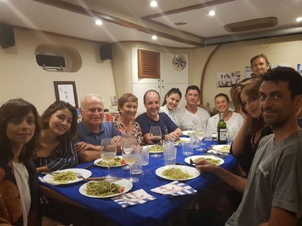 Paloma Bernardi, Carol Oliveira e Rhaisa Batista com a família Schurmann (Foto: Divulgação)