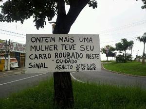 Placa avisa sobre assalto em semáforo de Campinas (Foto: Maurício Barbosa / G1 Campinas)