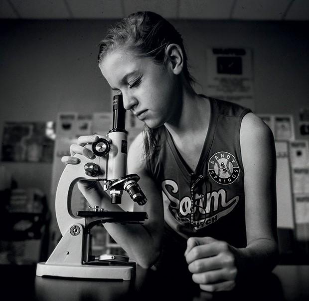 Whitney, 10, durante pesquisa para aula de ciência, matéria em que tira as melhores notas da escola. (Foto: Kate T. Parker)