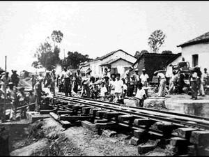Obras de construção de um viaduto em Montes Claros em 1948 (Foto: Alberto Bouchardet/ONG Amigos do Trem)