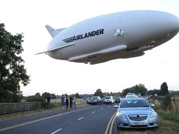 Airlander 10 foi fotografado durante voo em 17 de agosto (Foto: Justin Tallis / AFP)