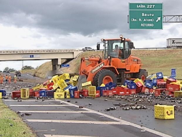 Máquina auxiliou na limpeza da rodovia (Foto: Reprodução TV TEM)