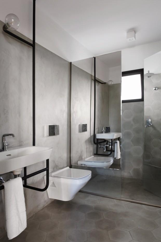 O espaço serve o segundo quarto e também funciona como lavabo. As louças são da Duravit, na Metalbagno. A pia fica instalada em uma estrutura metálica desenhada pelo escritório, que tem toalheiro abaixo e iluminação acima. Toalha da Trussardi (Foto: André Klotz / Editora Globo)