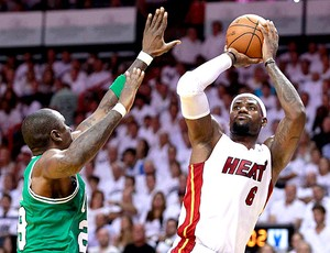 LeBron James na partida do Miami contra o Boston na NBA (Foto: Reuters)