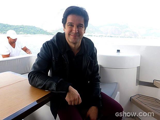 Murilo Benício enfrentou o friozinho do dia chuvoso no mar (Foto: Geração Brasil / TV Globo)