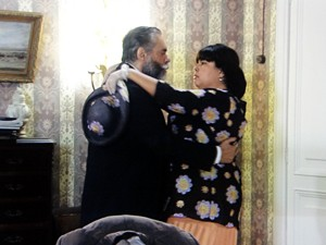 Olga agarra o advogado (Foto: Gabriela / TV Globo)