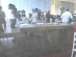 Mesa estava completamente vazia durante a festa de formatura (Foto: Reprodução/TV Rio Sul)