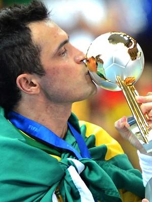 Falcão beija a taça do Mundial de Futsal  (Foto: AFP)