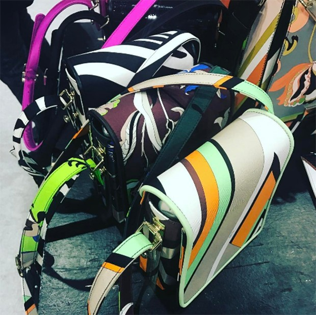 Vivid bags from Pucci (Foto: @suzymenkesvogue)