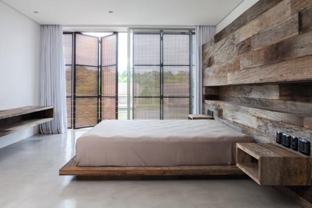 Quarto. Naoki Otake assina o projeto de interiores desta casa na Fazenda Boa Vista, em São Paulo. O uso abundante da madeira e contido de cores reforça a simplicidade dos ambientes japoneses. O projeto é de Marcio Kogan (Foto: Divulgação)