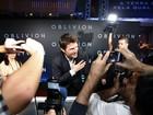 Assediado e sorridente, Tom Cruise  vai à pré-estreia de seu filme no Rio