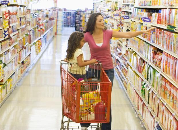 Mãe e filha fazendo compras no supermercado (Foto: Shutterstock)