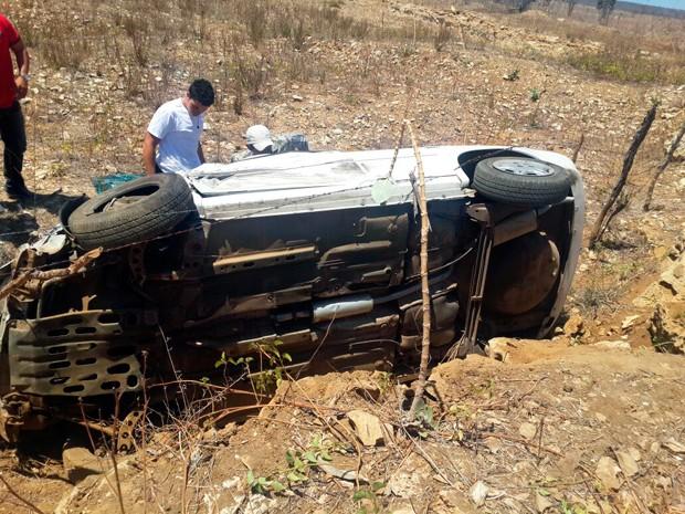 Após a colisão, Corsa saiu da pista e capotou ao descer ribanceira às margens da RN-117, entre Governador Dix-Sept Rosado e Mossoró (Foto: Marcos Aurélio/G1)