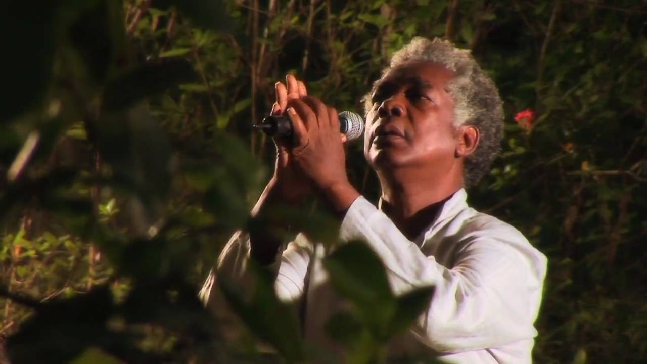 O cantor, que tem forte conexão com o candomblé, afirma que 'somos espíritos materializados' (Foto: Divulgação)
