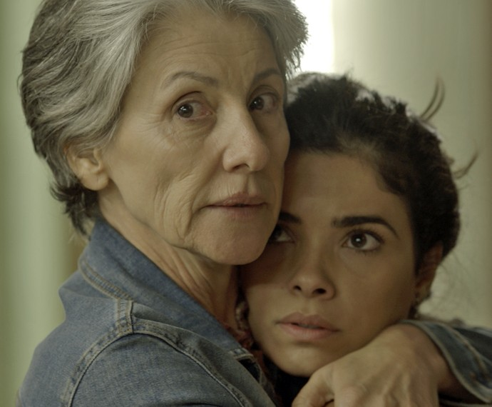 Djanira tenta proteger Tóia diante das acusações de Romero (Foto: TV Globo)