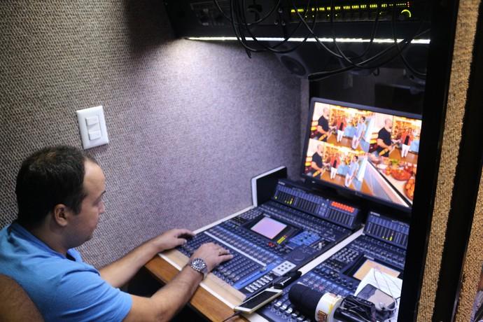 O operador de áudio Raul Bomfim, no caminhão (Foto: TV Bahia)