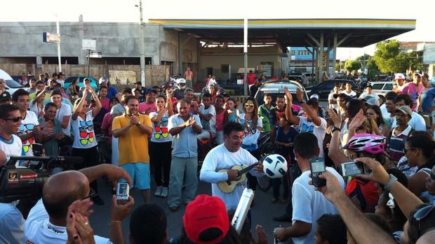 Rei das embaixadinhas toca cavaquinho sem deixar a bola cair. (Foto: Thiago França/Globoesporte.com)