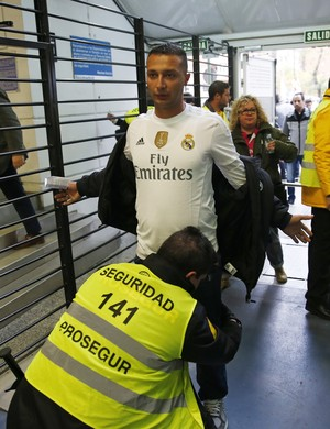 Torcedor do Real Madrid é revistado ao entrar no Santiago Bernabéu (Foto: Reuters)