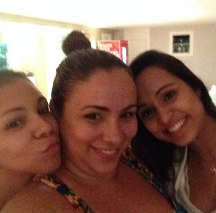 Isabelle Silva, mulher de Thiago Silva, sua irmã, e Thaissa Carvalho (Foto: Reprodução/Instagram)