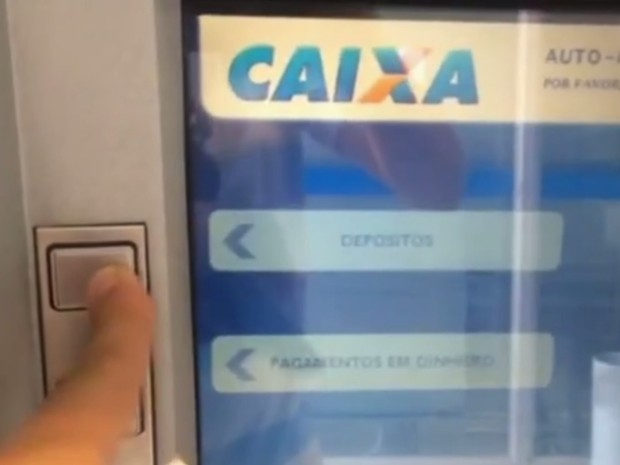 Clientes reclamam que não conseguem fazer depósitos durante greve dos bancários em Goiânia Goiás (Foto: Reprodução/ TV Anhanguera)