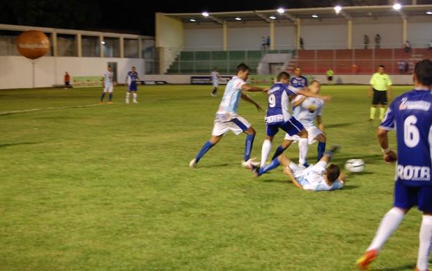 Atacante do CSP passa por três zagueiros do Atlético de Cajazeiras (Foto: Richardson Gray / Globoesporte.com/pb)