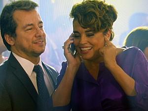 Beatriz se surpreende com ligação de Clara (Foto: TV Globo)