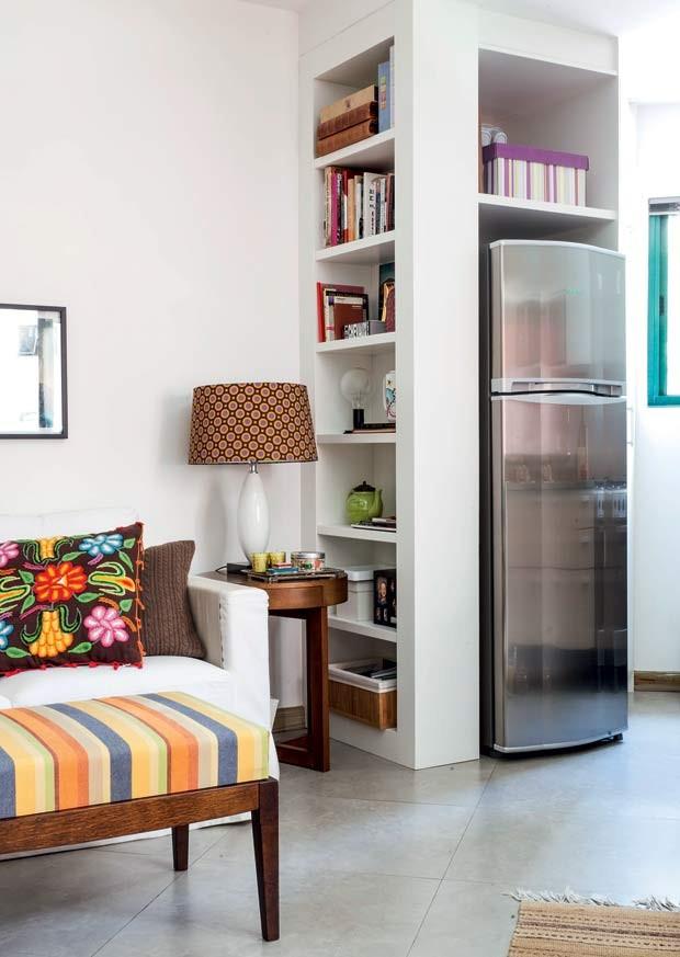 paredes-angulos-irregulares-movel-MDF-laqueado-branco-geladeira-prateleiras-estante (Foto: Maíra Acayaba/Editora Globo)