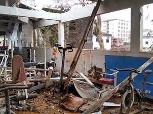 Academia atingida por destroços do Cessna 560XL teve equipamentos destruídos. 'Eu tinha acabado de sair daqui com o pessoal', conta Benedito Juarez Camara, dono do lugar (Foto: Alexandre Valdivia/G1)