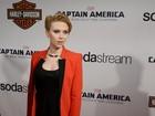 Grávida, Scarlett Johansson evita mostrar curvas em look para première