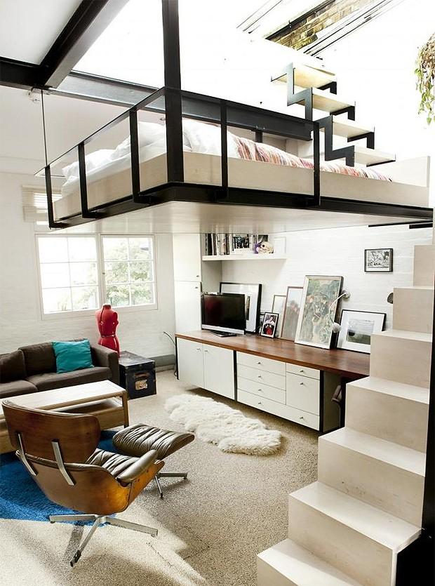Sobre a cama há um painel retrátil, que, quando aberto, dá em um terraço – acessado por uma escada (Foto: Reprodução/jjlocations.com)