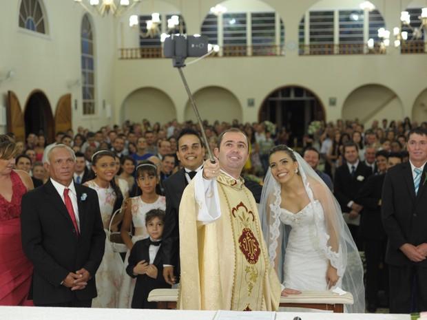 Fotógrafos e convidados toraram foto do padre fazendo selfie (Foto: Rafael Carpejani / arquivo pessoal)