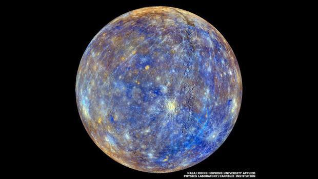 1. Uma imagem retocada de Mercúrio mostra as diferenças químicas, minerais e físicas entre as pedras na superfície (Foto: NASA/Johns Hopkins University Applied Physics Laboratory/Carnegie Institution of Washington)