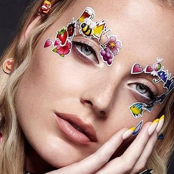 Adesivos colados no rosto são tendência! (Foto: Reprodução/Instagram)