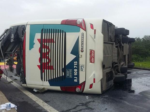 Ônibus tomba na Dutra e deixa passageiros feridos   (Foto: Divulgação/ PRF)