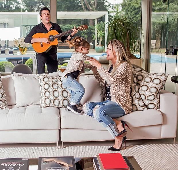 Na sala de casa, Ceará,  Mirella e Valentina cantam  e dançam músicas infantis  (Foto:  )