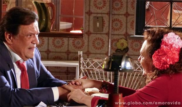 Atílio faz proposta bizarra para Tetê (Foto: Amor à Vida/TV Globo)