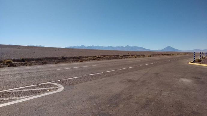 Estrada no meio do deserto (Foto: Istepôs Aventureiros/Divulgação)
