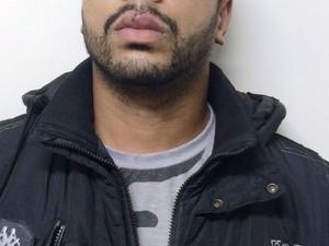 Agressor também estava com parte da boca machucada (Foto: Reprodução/TV Tribuna)