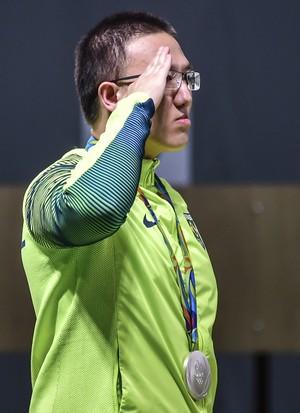 Felipe Wu presta continência no pódio ao ganhar medalha de prata nos Jogos Olímpicos do Rio (Foto: Wander Roberto/Exemplus/COB)