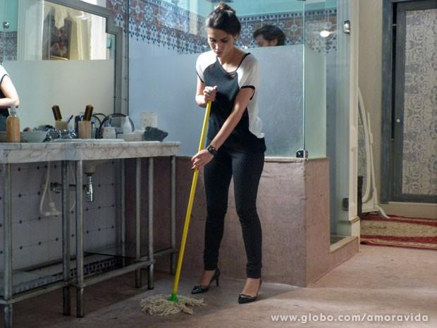 Leila lava banheiro e não gosta nem um pouco (Foto: Amor à Vida/ TV Globo)