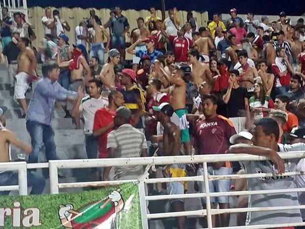 Diretor de futebol do Boa Esporte, Rildo Moraes, chegou a conversar com torcedores durante intervalo de partida pela final da Série C do Campeonato Brasileiro, em Varginha, MG; Boa venceu o Guarani por 3 a 0 neste sábado (5) (Foto: Régis Melo/GE)