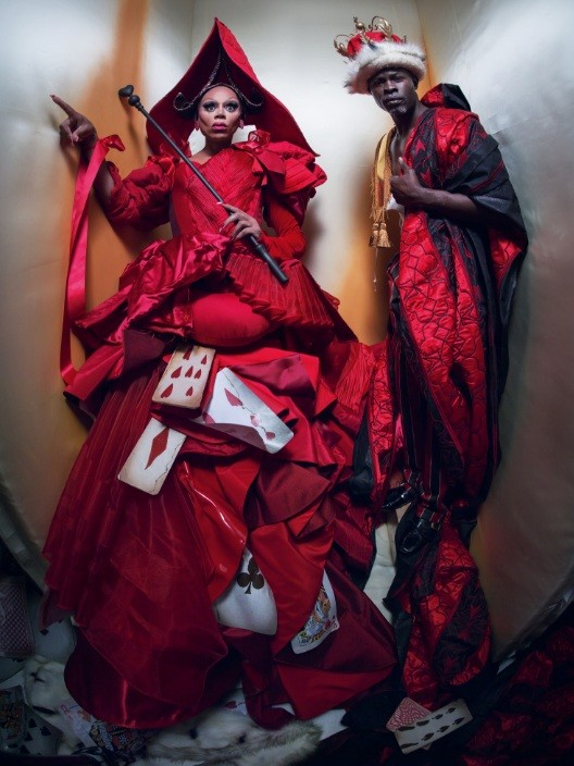 Ru Paul e Diijmon: drag na pele da Rainha de Copas da história de Lewis Caroll  (Foto: Tim Walker/ Pirelli)