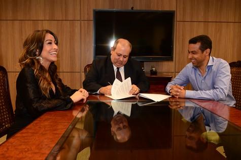 Sabrina Sato, com o presidente da Record, Luiz Cláudio Costa, e Mafran Dutra, presidente do comitê artístico da emissora (Foto: ANTÔNIO CHAHESTIAN)