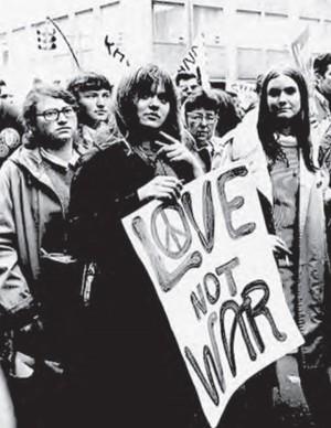 Foto de Jovens em protesto contra a Guerra do Vietnã. Disponível em:  http://goldenyears66to69.blogspot.com. Acesso em: 10 out. 2011. (Foto: Enem)