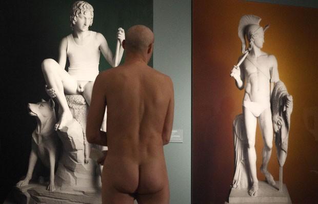 Homem observa quadros expostos no Museu Leopold (Foto: Heinz-Peter Bader/Reuters)