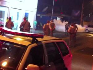 Polícia precisou usar gás lacrimogênio durante a confusão (Foto: Reprodução/ TV TEM)